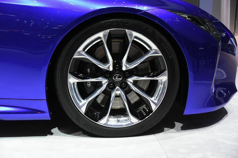 タイヤサイズは前245/40RF21・後275/35RF21と前245/45RF20・後275/40RF20を用意。装着タイヤはブリヂストンのランフラットタイヤ「ポテンザ S007」