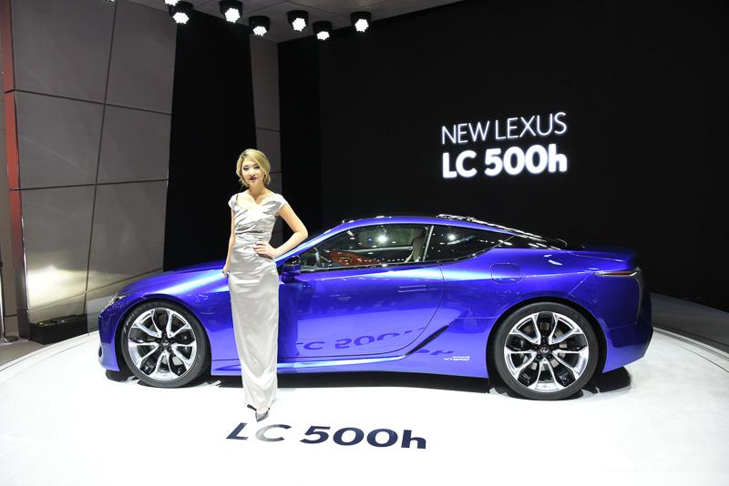 デトロイトでデビューしたLC500は赤だったが、LC500hは青