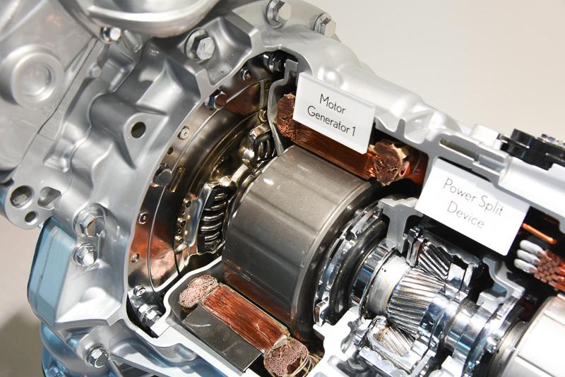 エンジン後部からモーターなどのユニットにつながる部分