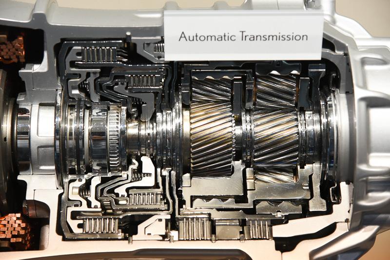 左側がMG2。マルチステージのシステム名を象徴する2組の遊星歯車