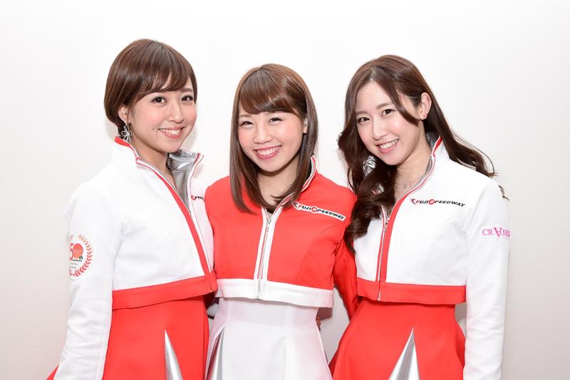 富士スピードウェイの「クレインズ」第11期メンバー。左から、湯浅あきなさん、はるまさん、村井瑞稀さん