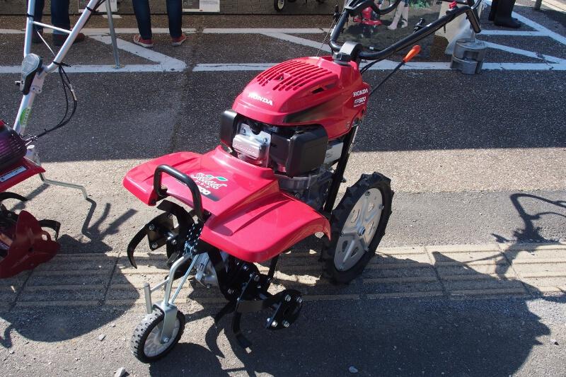 3つの車輪を備える「サ・ラ・ダ FF500」。フロントロータリー式で車輪で自走できるため移動も簡単だ