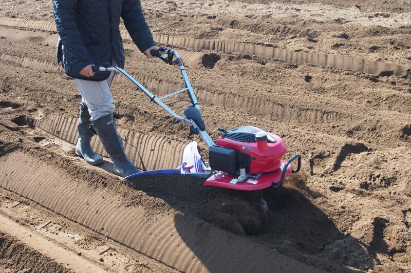 折り返して反対側からとなりにも土を盛り上げて畝が完成するが、走行ラインが曲がっていると畝の幅や高さが不揃いになる。きれいに畝を作るにはある程度の練習が必要だ