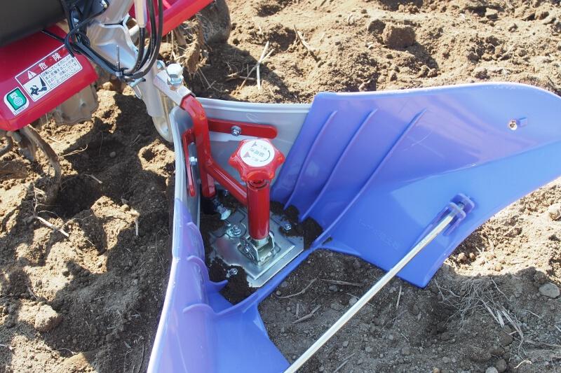 畝を作るアタッチメント。中央のダイヤルで畝の高さを調節する