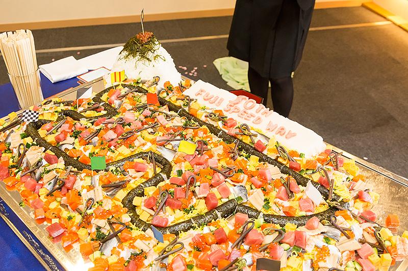 謝恩会には富士スピードウェイを模したちらし寿司が登場。コースは海苔巻きで表現