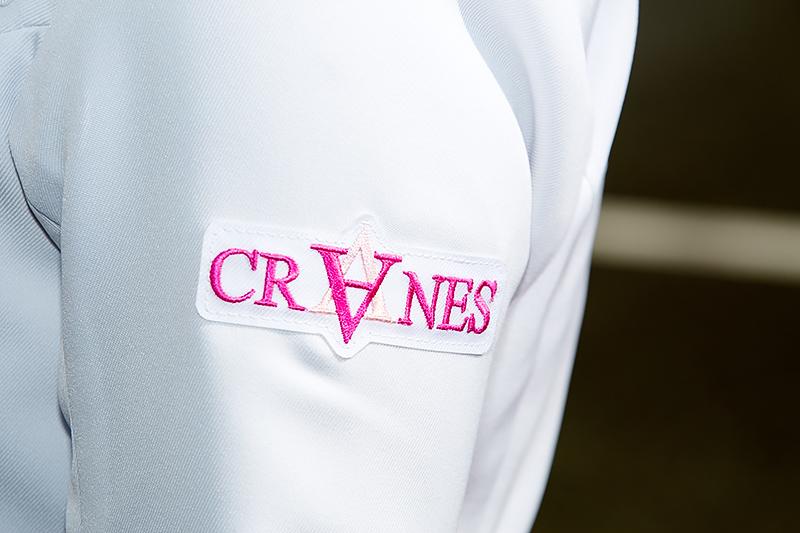 左腕側にクレインズのロゴ