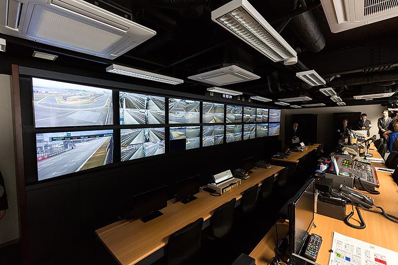 富士スピードウェイのピットビル2階に設けられた管制室。SUPER GTでは20~25人程度が業務を行なう