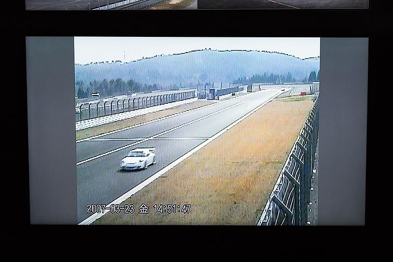 従来のカメラ映像。車両やゼッケンの特定に時間を要したという