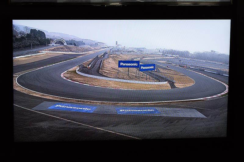 最終コーナーに設置された4Kカメラによる映像。ディスプレイはフルHD