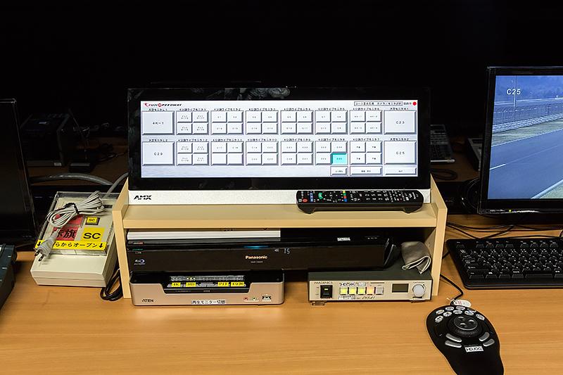 コース委員長席にある制御盤。カメラ選択や再生制御が可能