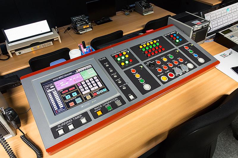 レースオペレーションの制御卓。スタートシグナルやレッド、イエローフラッグなどのコントロールが行なえる