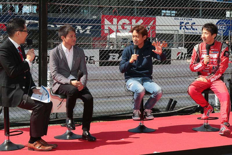 右から松田次生選手、脇阪寿一監督、本山哲選手。司会はピエール北川氏。