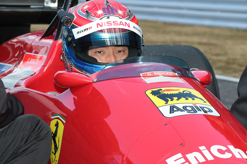 松田選手がフェラーリ F187をドライブ