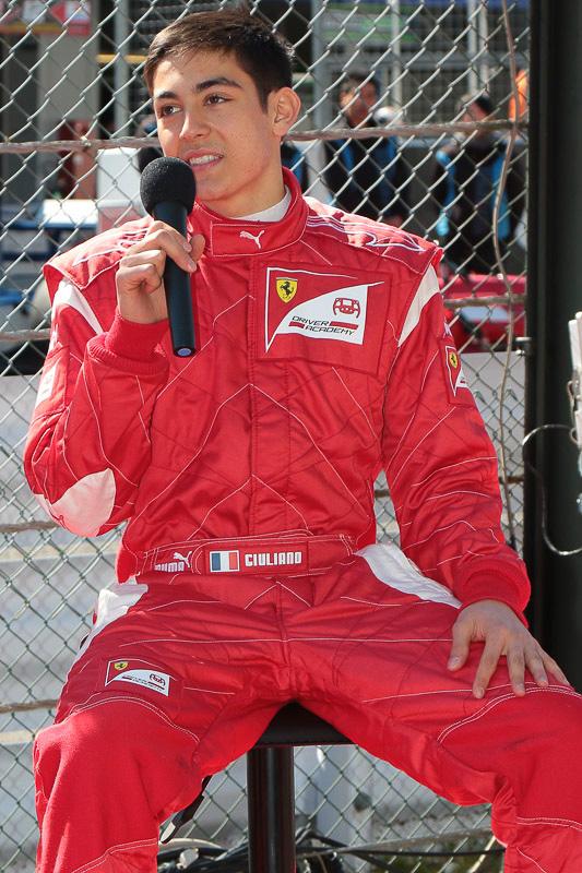 ジュリアーノ・アレジ選手の胸には「フェラーリ・ドライバー・アカデミー」と書かれている