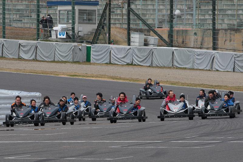 3月19日登場のアトラクションを使って12名のレーシングドライバーが真剣勝負を披露した「サーキットチャレンジャー開幕グランプリ」。最終コーナー立ち上がり。レーシングドライバーの表情が印象的だった