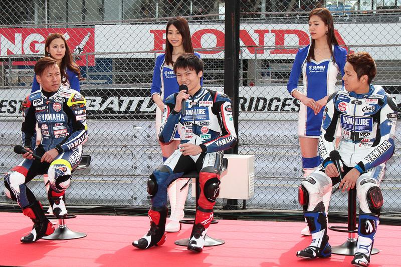 中須賀克行選手、野佐根航汰選手、藤田拓哉選手が登場し、YZR-M1、YZF-R1を走らせた