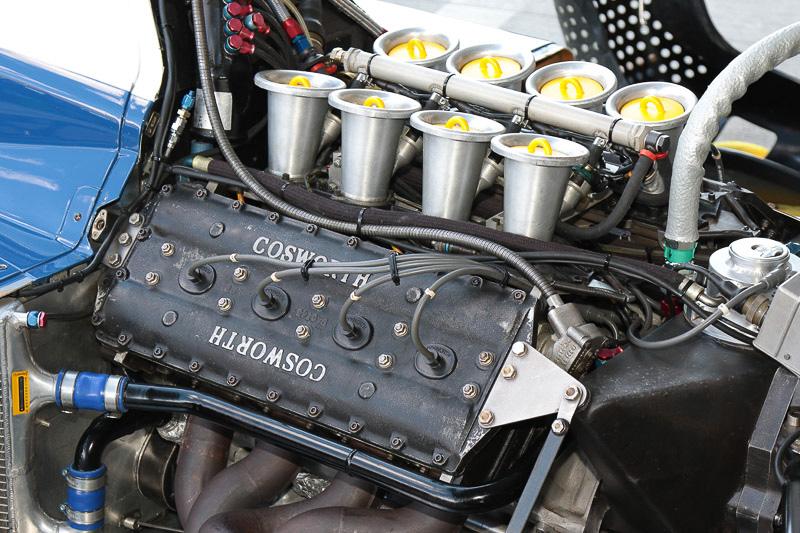 ピットではコスワースエンジンが見られる状態で展示された