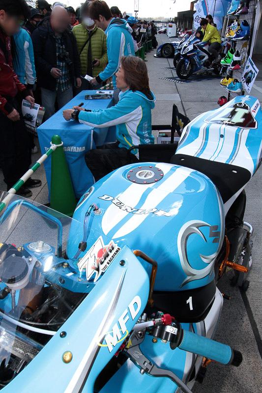 2輪のチームはトップライダーがサインや撮影に応じていた。子供をマシンに乗せるなど積極的にファンサービスを行なっていた