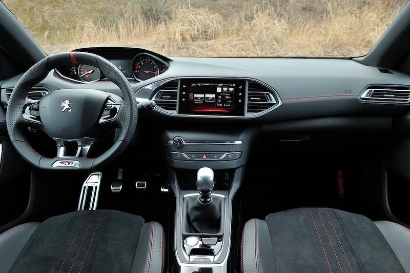 GTi 250のインテリア。GTi 270とは異なるスポーツシートを装備する。GTi 270、GTi 250ともに「スポーツモード」を備え、シフトノブ付近のボタンを押すことでアクセルレスポンスが高まるとともにパワーステアリングをよりダイレクトなフィーリングに切り替えることができる。「スポーツモード」を選択した場合は、メーター中央にパワー、ブースト、トルクの数値を表示するとともに、メーターのバックライトがレッドに切り替わる
