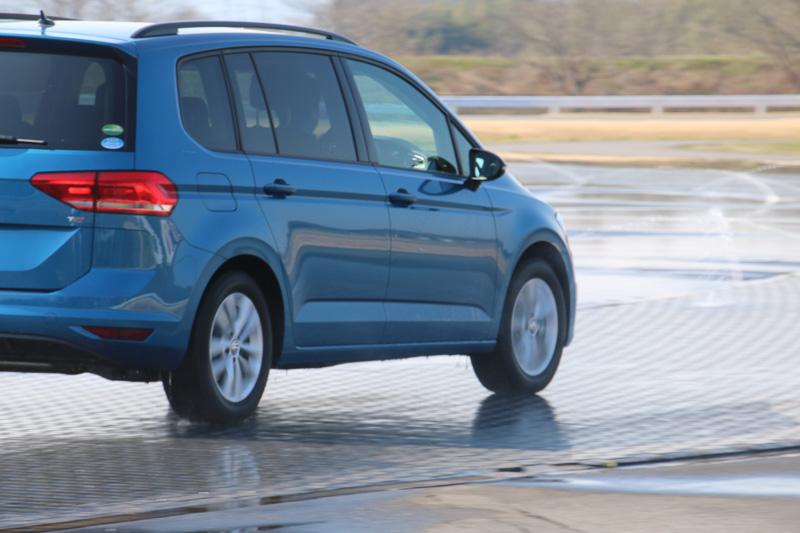 レッスン車両に使われた「ゴルフ トゥーラン」「ゴルフ ヴァリアント」「ゴルフ」はいずれも前輪駆動。加速時には前輪だけが激しく空転していることが分かる