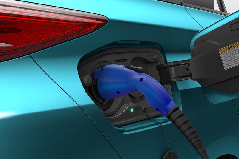 先代プリウス PHVと同様に車両の右側後方に充電ポートをレイアウト。CFRP製のバックドア「ダブルバブルバックドアウィンドウ」が曲線による個性的な形状とされ、ハイマウントストップランプなどの灯火類をリアウィンドウを取り囲むように設置