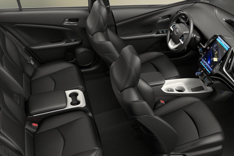 リアシートの座面中央に固定式のアームレストを置く4人乗り仕様