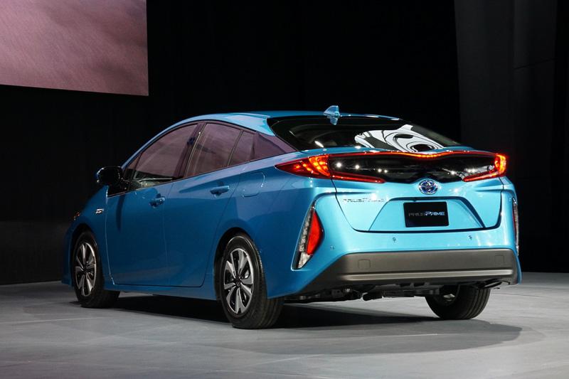 ハイブリッド車「プリウス」と燃料電池車「ミライ」をつなぐプラグインハイブリッドとして、単なる派生車種ではないという、トヨタの主張が織り込まれた印象