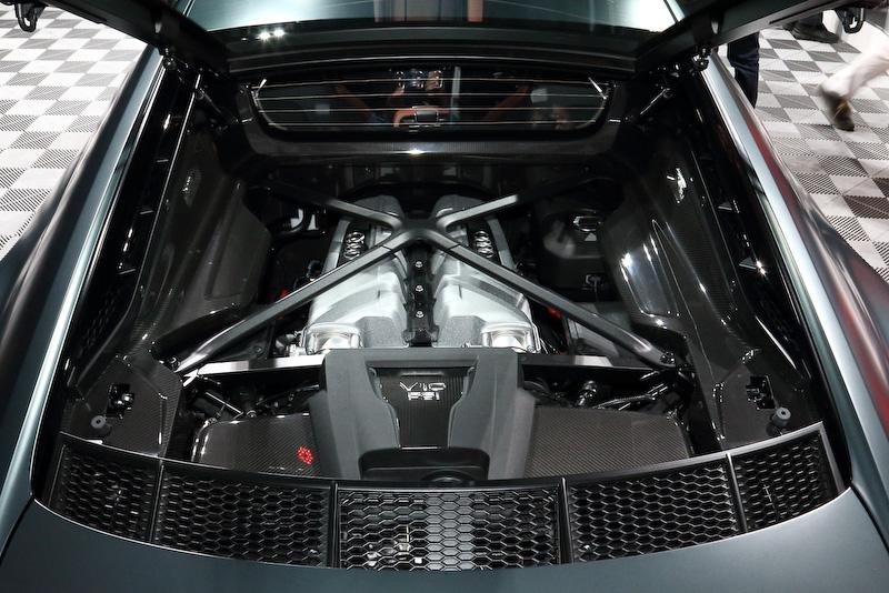 R8 V10 plusとR8 V10のルックス上の違いなども比べてみると分かりやすい。左がR8 V10 plus、右がR8 V10。ともにV型10気筒5.2リッターエンジンを搭載し、前者は610PSを、後者は540PSを発生する