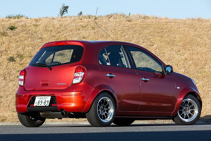 開発中の30周年記念車との比較車両として用意されていた現行型マーチをベースとする「ボレロ R」。こちらは市販を想定しない習作として社内有志が手がけた一品製作車両