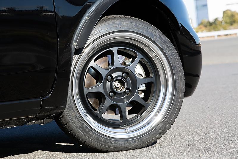 タイヤサイズはベース車両から2インチアップの205/45 R16。ブレーキもフロントは大径化され、リアはドラムからディスクに変更されている。アルミホイールも鍛造切削加工の専用品が装着される予定で、会場には展示用のデザインモックが用意されていた