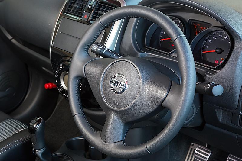 ホワイトステッチのレザーステアリングを標準装備。トランスミッションに5速MTが採用され、運転席の足下も3ペダルとなっている