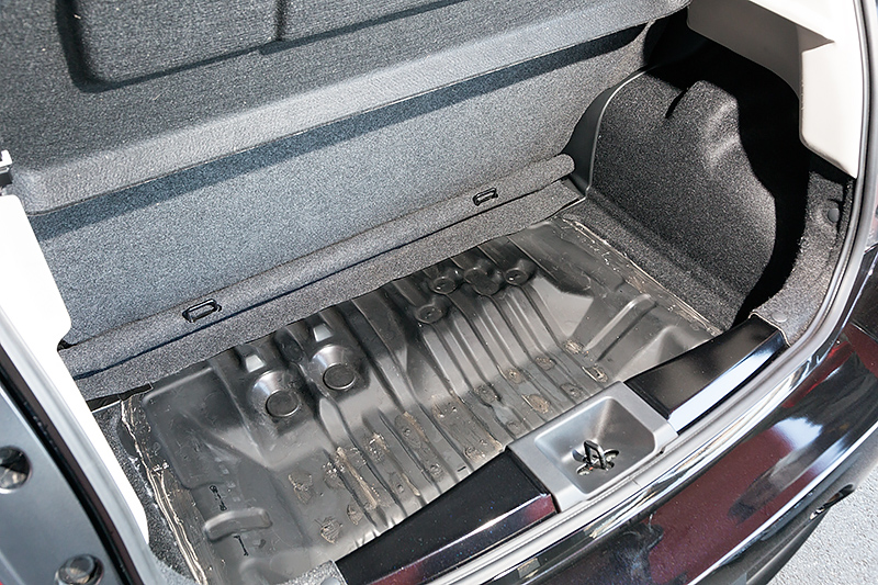 車両後方のフロアパネルを入れ替えてフラット化。スペアタイヤ用のスペースはなくなるが、メンバー追加などと合わせて剛性を高めている