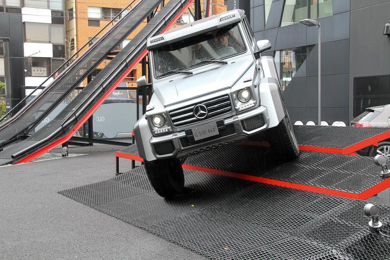 """発表会ではイベント型ブランド体験施設「Mercedes-Benz Connection NEXTDOOR」でG 550 4×4<sup class="""""""">2</sup>の走行性能をアピールするデモランも行なわれた"""