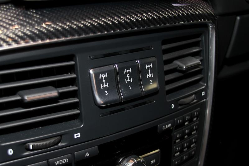 インテリアはベースのG 550に準拠する仕様で、シートとドアパネルにdesignoレザーブラック/ダイヤモンドステッチ入りDINAMICAブラックマイクロファイバーを、ドアハンドルとダッシュボードやヘッドレストにはホワイトステッチ入りdesignoレザーを採用する