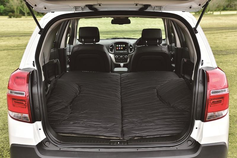 タイヤハウスの張り出しも考慮した専用形状の「車中泊用ベッド」