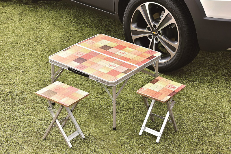 車外で使える折り畳み式の「テーブル&椅子セット」