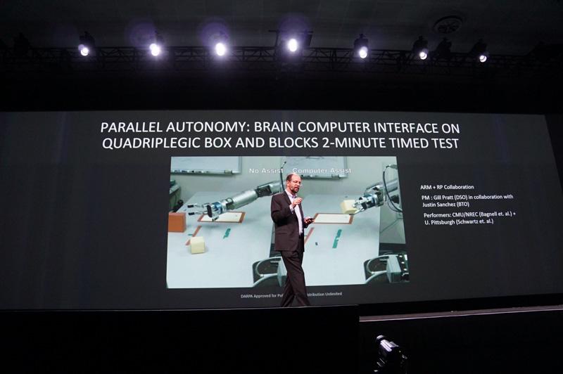 DAPRAのロボットアームの動画。AIによるアシストを入れることで動作がスムーズになった