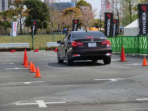 運転に慣れたドライバーでもABSが作動するような急ブレーキを効かせた経験がある人は意外に少ない。「急ブレーキ作動体験講習」では安全が確保されたスペースで、インストラクターの指導を受けた上で正しい急ブレーキを体験できる