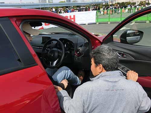 運転の基本となる正しいドライビングポジションなどのレクチャー