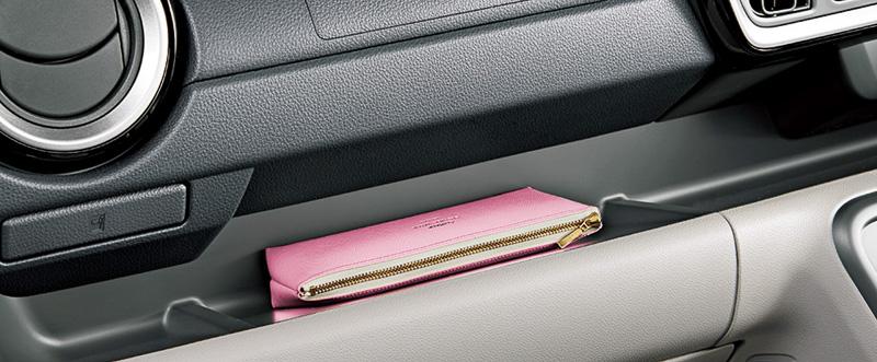内装色を明るめのグレージュとして開放感を高めたブーンのインテリア。シート表皮はジャージ