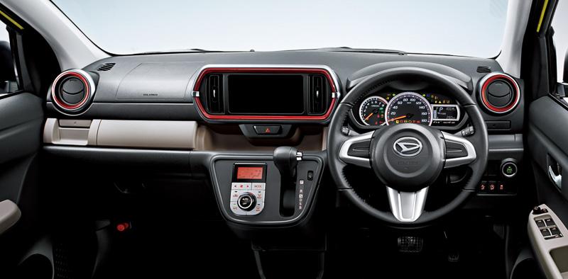 シックなダークグレー内装を採用するブーン シルク。スエード調トリコットのシート表皮は、中央部分をグレージュとマゼンタのコンビネーションとして艶やかな雰囲気を演出する