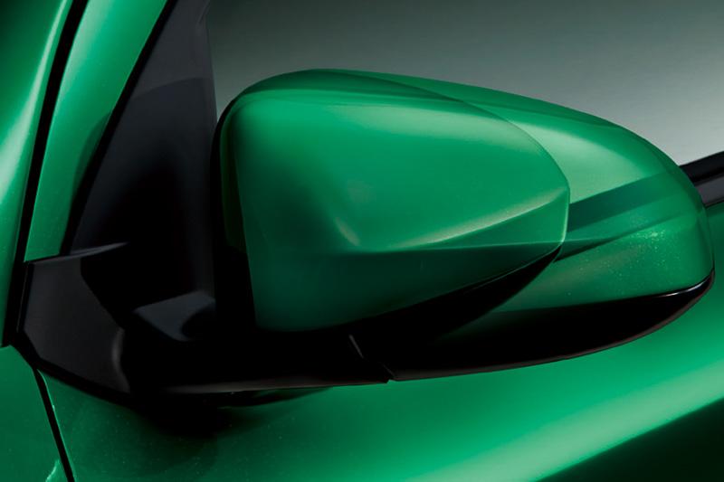 """ブーンのXとX""""SA II""""以外はボディ同色のオート電動格納式ドアミラーを採用"""