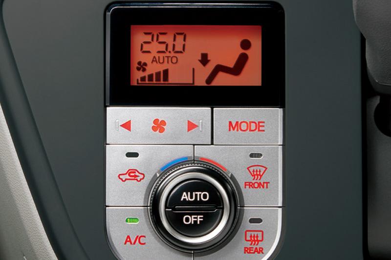 """エアコンはブーンのXとX""""SA II""""がダイヤル式のマニュアル、それ以外のグレードはプッシュ式のオート(写真)が設定される"""