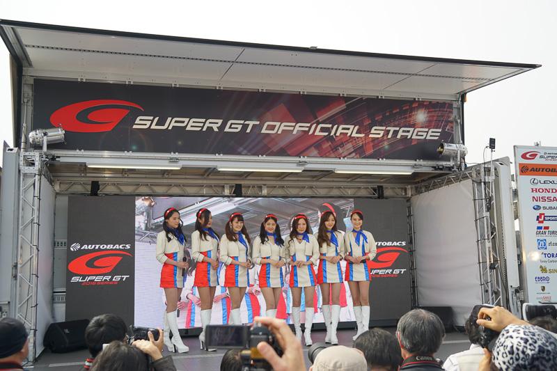 イベントステージではレースクイーンが応援するチームをアピールした