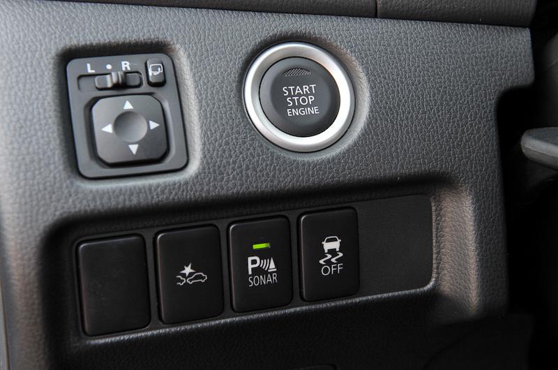 3列シートを採用して7人乗車を可能にしたパジェロスポーツのインテリア。シルバー加飾や立体的な形状のシートなどを使って高級感を演出。装備面でも左右独立オートエアコンを採用して快適な居住空間を実現したほか、電動パーキングブレーキ、マルチアラウンドモニターといった利便性に優れる装備も与えられている