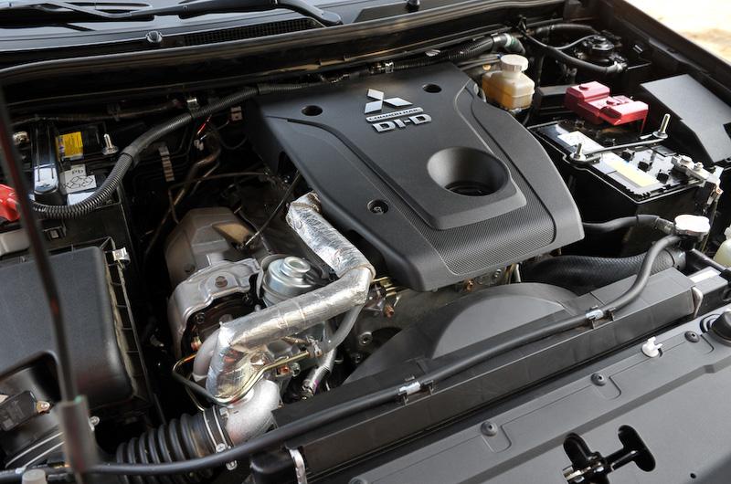 直列4気筒 2.4リッター MIVEC ディーゼルターボ「4N15」型エンジンは最高出力181PS/3500rpm、最大トルク430Nm/2500rpmを発生。エンジン本体の軽量化とともに減速エネルギー回生システムなどの採用により、先代モデルから燃費を約17%向上させることに成功している