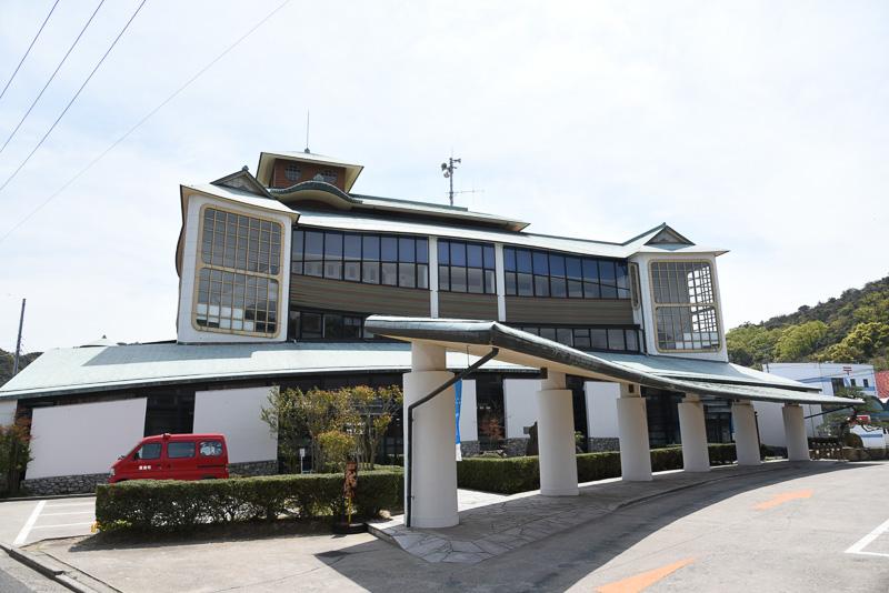 直島町役場。建築家である石井和紘氏の手によるもので、直島は瀬戸内国際芸術祭の舞台となる前から独特の建築作品があるとのこと