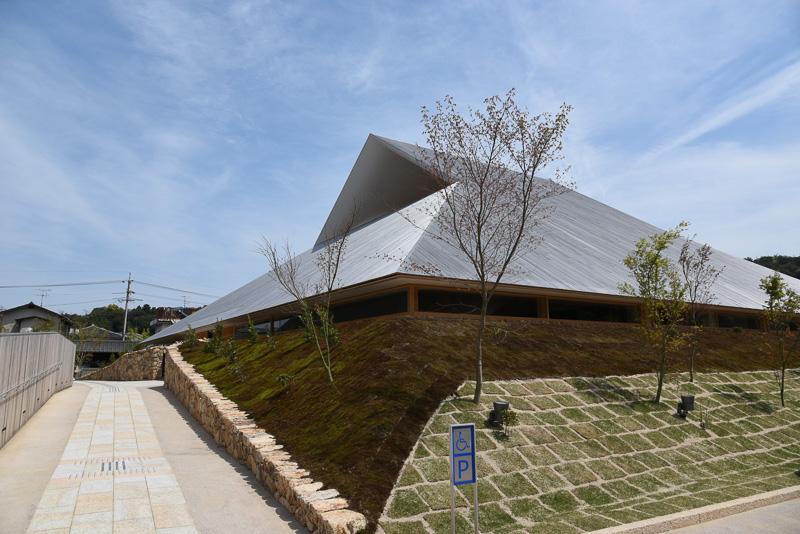 直島(香川県香川郡直島町)のアート作品として紹介されている「直島ホール」。町民向けの多目的ホールとなる