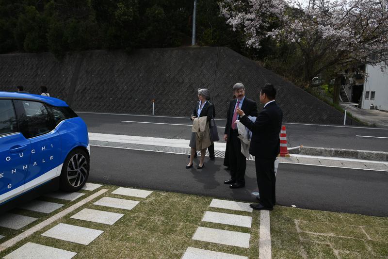 駐日ドイツ連邦共和国大使 ハンス・カール・フォン・ヴェアテルン氏が到着。BMW i3を説明するのはBMW i ビジネス・ディベロップメント・マネジャー 田島崇氏