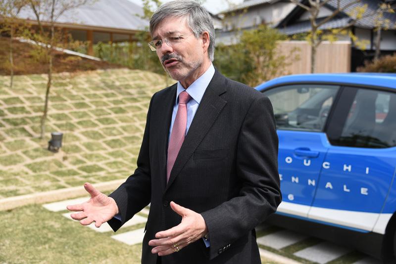 BMW i3の感想を述べるヴェアテルン氏。東京のドイツ大使館でもi3は人気とのことだ